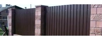 Как построить забор из профнастила с кирпичными столбами?